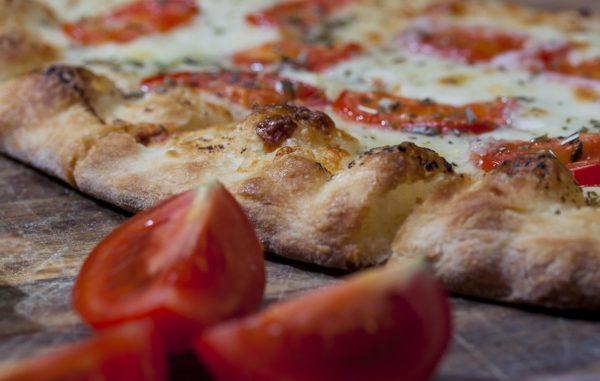 Une pizza originale personnalisée à créer, commander et emporter.